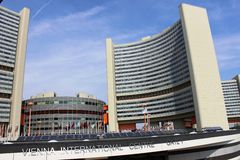 Costruzioni e bandiere al centro dell'internazionale di Vienna Immagini Stock Libere da Diritti