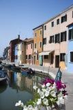 Costruzioni e barche sul canale di Venezia Immagini Stock Libere da Diritti