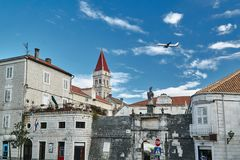 Costruzioni e campanile medievali della cattedrale nella città di Traù Fotografia Stock Libera da Diritti