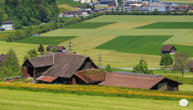 Costruzioni e campi al piede del Mt Stanserhorn in Switzerla Immagine Stock