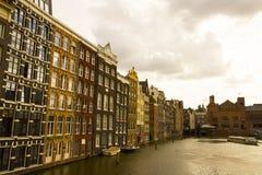 Costruzioni e canale nella città di Amsterdam immagine stock