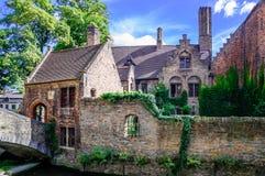 Costruzioni e canale storici a Bruges Belgio immagine stock