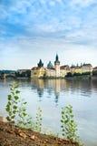 Costruzioni e Charles Bridge storici a Praga Immagini Stock Libere da Diritti