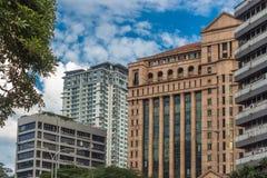 Costruzioni e cielo blu moderni nel centro urbano di Kuala Lumpur Fotografie Stock Libere da Diritti