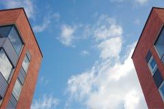 Costruzioni e cielo di appartamento Fotografie Stock