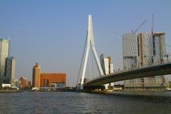 Costruzioni e Erasmus Bridge - Rotterdam - i Paesi Bassi Immagini Stock