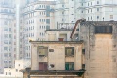 Costruzioni e finestre su un calcestruzzo molto urbano reso a paesaggio, i Fotografia Stock Libera da Diritti