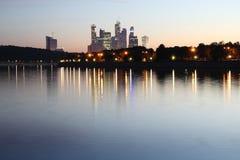 Costruzioni e fiume Fotografia Stock