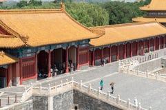 Costruzioni e gente severe del palazzo a Pechino Cina Immagine Stock Libera da Diritti