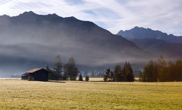 Costruzioni e montagne in nebbia Fotografie Stock