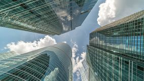 Costruzioni e nuvole corporative del timelapse video d archivio