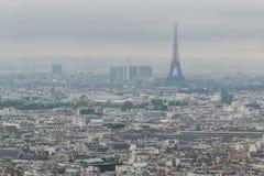 Costruzioni e orizzonte di Parigi, Francia con la torre Eiffel, dalla cima del Sacre-coeur in Montmartre immagine stock