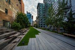 Costruzioni e passaggio pedonale sull'alta linea, in Chelsea, Manhattan, N Fotografia Stock Libera da Diritti