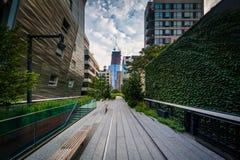 Costruzioni e passaggio pedonale sull'alta linea, in Chelsea, Manhattan, N Immagini Stock