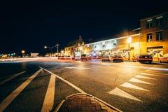 Costruzioni e traffico dentro in città alla notte, a Annapolis, Maryla Fotografia Stock