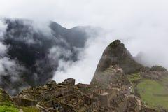 Costruzioni e valle della montagna nella città antica Immagine Stock