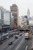 Costruzioni e viali della metropoli Immagini Stock Libere da Diritti