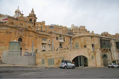 Costruzioni e Victoria Cate anziane nel grande porto di La Valletta Fotografia Stock Libera da Diritti