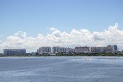 Costruzioni ed appartamenti dello scape della città lungo il lago immagine stock