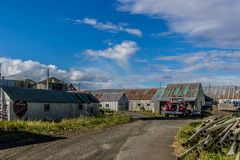Costruzioni ed attrezzature ad un conservificio di color salmone su Bristol Bay fotografia stock libera da diritti
