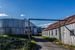 Costruzioni ed attrezzature ad un conservificio di color salmone su Bristol Bay immagini stock
