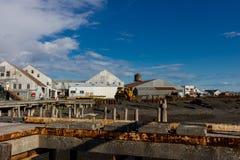 Costruzioni ed attrezzature ad un conservificio di color salmone su Bristol Bay fotografie stock