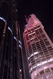 Costruzioni fiancial moderne alte del grattacielo alla notte, vista di angolo basso, verticale Fotografia Stock Libera da Diritti