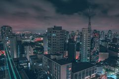 Costruzioni illuminate vedute da sopra immagini stock