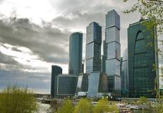 Costruzioni internazionali del centro di affari della città Immagini Stock