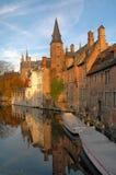 Costruzioni lungo il canale in Brugges, Belgio Fotografia Stock Libera da Diritti
