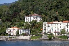 Costruzioni lungo il lago Como, Italia Immagine Stock