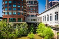 Costruzioni lungo James River a Richmond, la Virginia fotografia stock