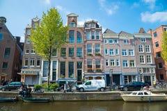 Costruzioni medievali olandesi tradizionali a Amsterdam Fotografia Stock Libera da Diritti
