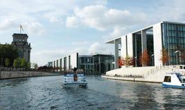 Costruzioni moderne al Reichstag dal fiume fotografia stock