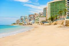 Costruzioni moderne alla spiaggia in saline, Ecuador Immagine Stock