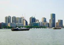 Costruzioni moderne alte dal fiume Huangpu a Shanghai Immagini Stock