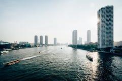 Costruzioni moderne alte lungo Chao Phraya River, a Bangkok, T Fotografia Stock