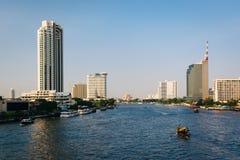 Costruzioni moderne alte lungo Chao Phraya River, a Bangkok, T Fotografia Stock Libera da Diritti