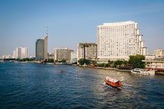 Costruzioni moderne alte lungo Chao Phraya River, a Bangkok, T Immagine Stock Libera da Diritti