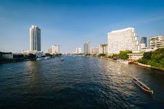 Costruzioni moderne alte lungo Chao Phraya River, a Bangkok, T Fotografie Stock