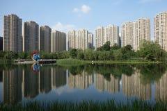 Costruzioni moderne con il lago a Chengdu Fotografia Stock Libera da Diritti