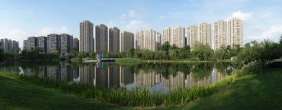 Costruzioni moderne con il lago a Chengdu Fotografia Stock