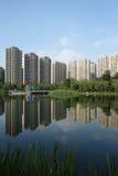 Costruzioni moderne con il lago a Chengdu Fotografie Stock