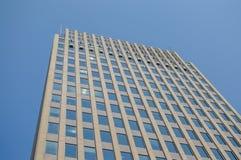 Costruzioni moderne del condominio con le finestre enormi Immagine Stock