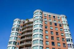 Costruzioni moderne del condominio con le finestre enormi Fotografie Stock