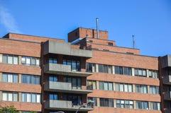 Costruzioni moderne del condominio con le finestre enormi a Montreal Immagine Stock