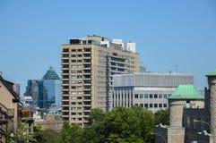 Costruzioni moderne del condominio dentro in città Fotografie Stock