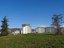Costruzioni moderne dell'hotel, prato inglese verde nella parte anteriore Fotografia Stock