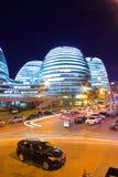 Costruzioni moderne di Pechino alla notte Immagine Stock