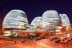 Costruzioni moderne di Pechino alla notte Immagine Stock Libera da Diritti